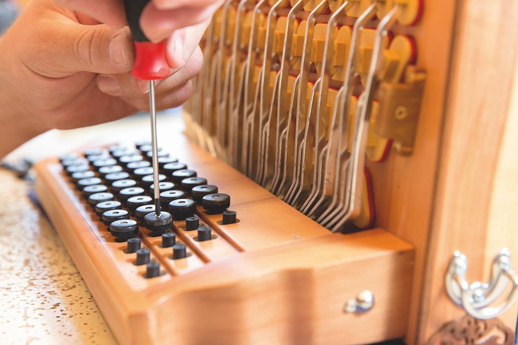 Die letzten Tasten werden in diese steirische Harmonika geschraubt.