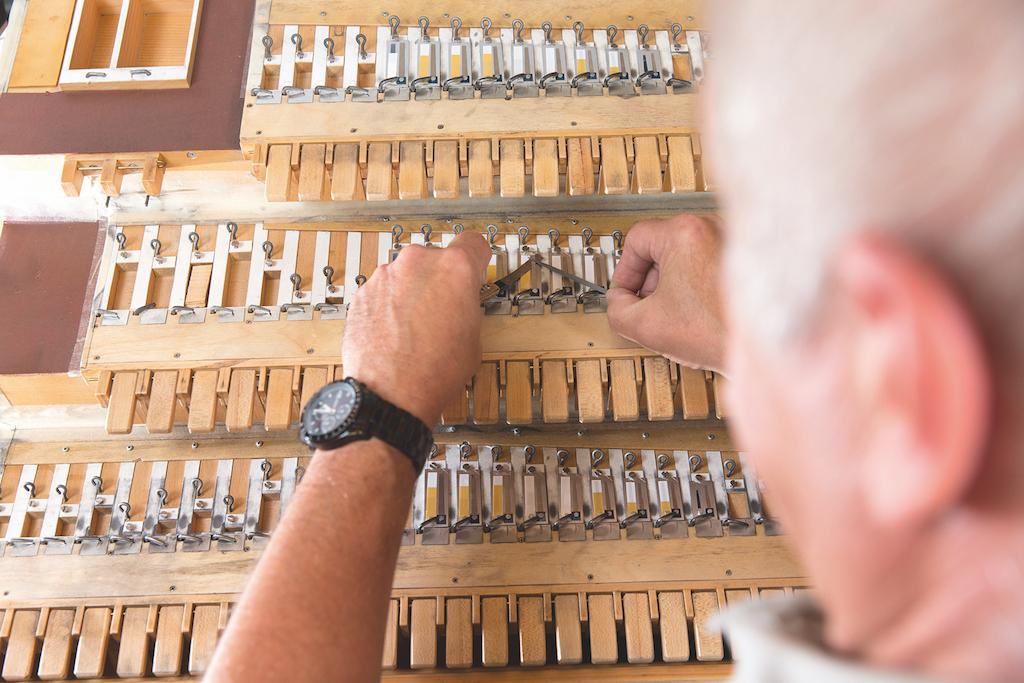 Die Stimmzungen werden in die steirische Harmonika eingebaut